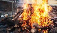 कब्रिस्तान के न्यासियों द्वारा शव दफनाने से मना करने के बाद उसे जलाना पड़ा