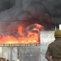 दिल्ली के टिकरी बॉर्डर इलाके में स्थित एक गोदाम में लगी भीषण आग