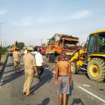 कानपुर-झांसी हाईवे पर ट्रक और डीसीएम की टक्कर में तीन की मौत,51 घायल