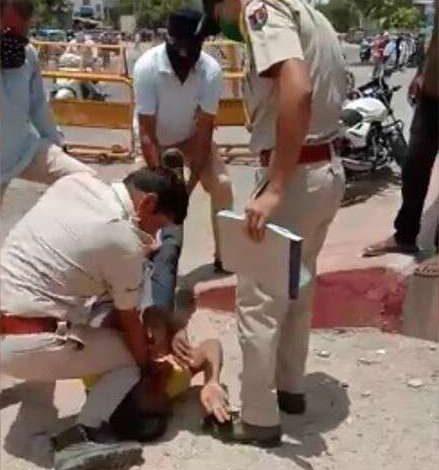 राजस्थान के जोधपुर में पुलिसकर्मियों ने एक शख्स की गर्दन को घुटनों से दबाया